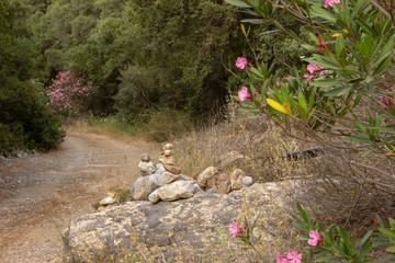 Steinmadeln am Wegesrand