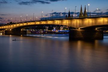 Deutzer Brücke bei Sonnenuntergang mit dem Kölner Dom im Hintergrund
