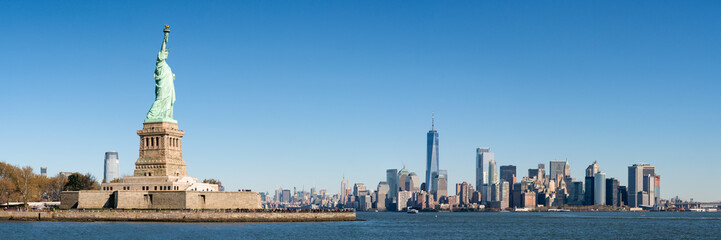 Photo sur Aluminium New York City Liberty Island und Manhattan Panorama in New York City, USA