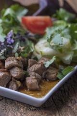 thailändischer Salat mit mariniertem Schweinefleisch