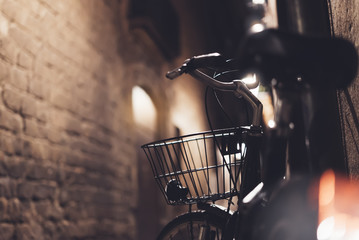 retro fiets in de nacht oude stad op achtergrond bokeh licht flare in nacht architectuur, vintage fiets in avond straat in barcelona stad, fiets vervoer in achtergrond gebouw, reisconcept
