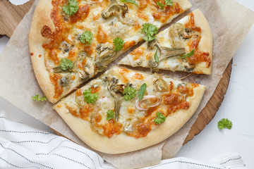 White cheese pizza with artichoke and arugula