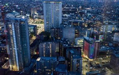 Milano di notte grattacieli uffici