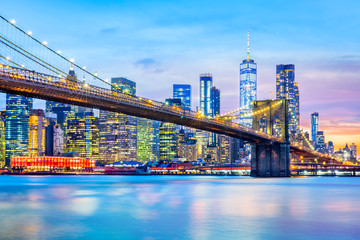 Fototapete - Brooklyn Bridge and the Lower Manhattan skyline at dusk