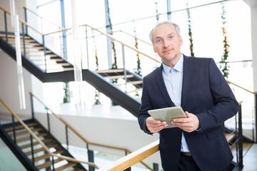 Älterer Geschäftsmann als Manager mit Tablet Computer