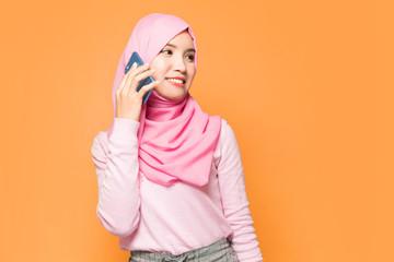 電話をするイスラム女性