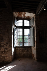 Fenêtre dans un mur en pierre
