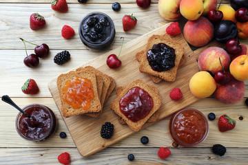 confettura o marmellata di frutta sfondo rustico