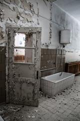 verlassenes Gebäute, offene Türen,