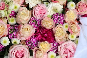 Bunte Blumen der Trauer nach Beerdigung auf dem Friedhof
