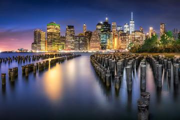 New York City Skyline mit Pier 1 bei Nacht, USA