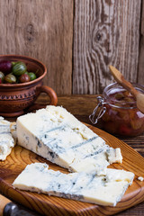Gorganzola cheese with fresh gooseberries and berry jam