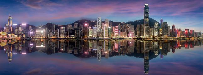 Panorama der beleuchteten Skyline von Hong Kong am Abend nach Sonnenuntergang
