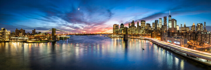 Photo sur Aluminium New York City New York City Skyline Panorama mit Brooklyn Bridge und Blick Blick auf Manhattan