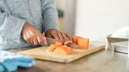 野菜を切る子供
