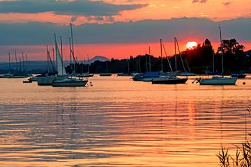 Wall Mural - Auszeit, Entspannung, Ruhe, Meditation: Abenddämmerung, Sonnenuntergang am See mit Booten :)