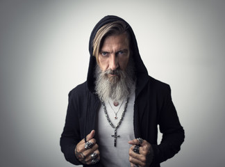 Porträt eines attraktiven Hipster mit Kapuze