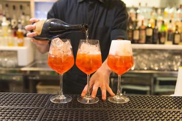 Barman che prepara aperitivi alcolici