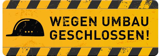 gelbes Schild Wegen Umbau geschlossen mit Helm-Icon