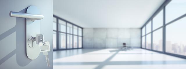 Offene Tür mit großer Büroetage