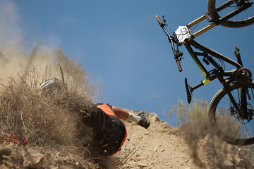 Man falls off his mountain bicycle dramatically,cyclist falls during a race