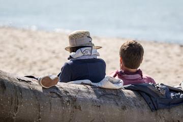 Pärchen macht Pause am Strand