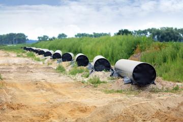 Budowa gazociągu na ziemi, kładanie i łączenie stalowych rur.