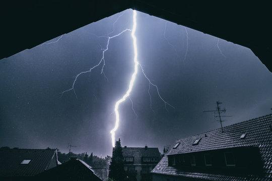 Blitz schlägt in Hausdach ein