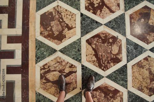 Pavimento Rosso E Bianco : Vista dall alto di un paio di scarpe eleganti marroni e pavimento