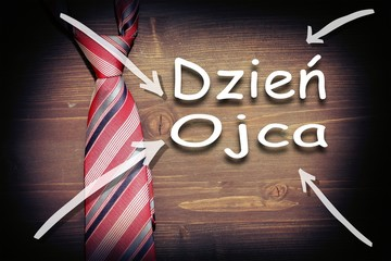 Dzień ojca, dzień taty, kolorowy krawat na drewnianym tle z napisem i datą