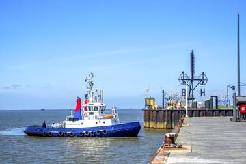 Bremerhaven, Boot auf dem Weg in die Schleuse