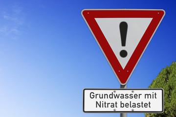 Grundwasser mit Nitrat belastet, Warnschild mit Textfreiraum