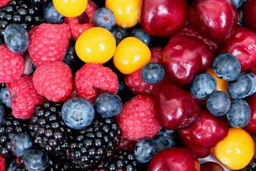 микс из свежих ягод на тарелке, витамины, правильное питание