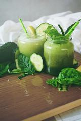Smoothie verde detox de pepino, hierbabuena, espinacas y limón