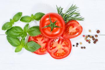 Tomaten mit Basilikum Gemüse von oben Holzbrett