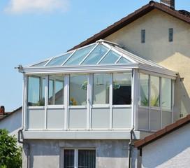 Großer verglaster Wintergarten mit Glasdach an einem Wohnhaus