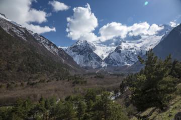 Горный пейзаж. Красивый вид на живописное ущелье, панорама с высокими горами. Природа Северного Кавказа, отдых в горах