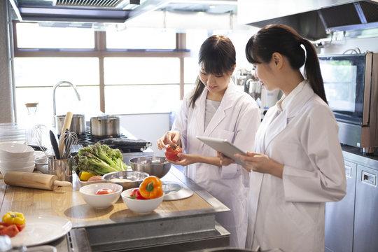 栄養士たとが野菜の衛生状態を確認している