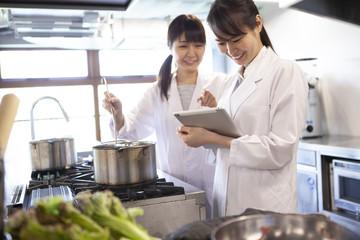 タブレットを確認する栄養士たち