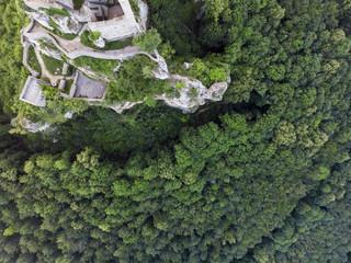 Senkrechte Luftaufnahme einer alten Burgruine