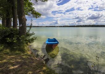 Samotna łódka na jeziorze Białym