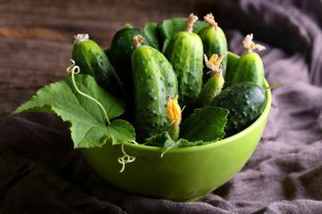 свежие огурцы в зеленой миске с листьями