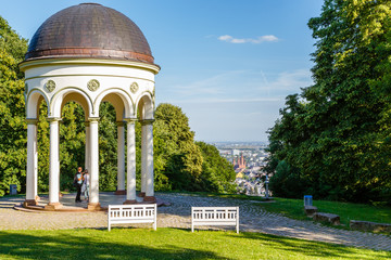 Wiesbaden, Monopteros auf dem Neroberg mit der Aussicht auf die Stadt. 21. Juni 2018.