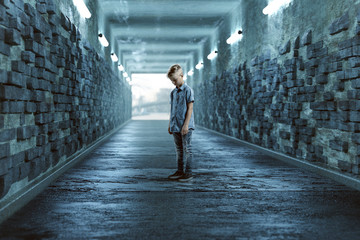 Trauriges Kind in einem Tunnel