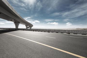 Fotomurales - asphalt road with city skyline