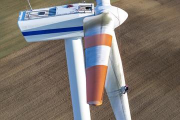 Industriekletterer an einem Windrad
