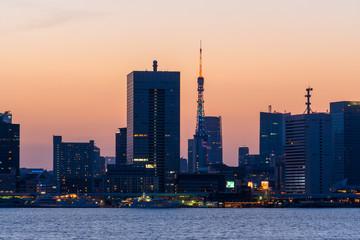 東京 中心部のビル群と夕焼け