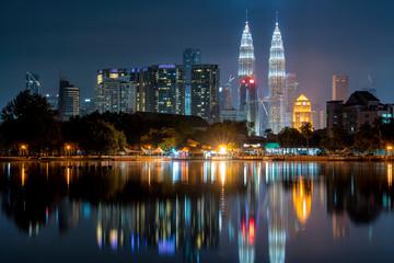 Fotomurales - Cityscape of Kuala Lumpur at night. Titiwangsa park at Kuala Lumpur, Malaysia skyline at sunset.