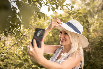 Junge Frau macht Selfie im Sommer