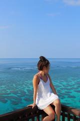 海を見つめる女の子